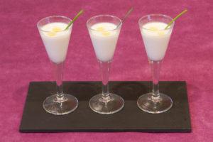 Vichissoisse con rama de Cilantro y gotas de Aceite de Oliva Extravirgen